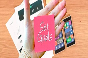 the words set goals on a sticky note which is helpful in recovery from addiction